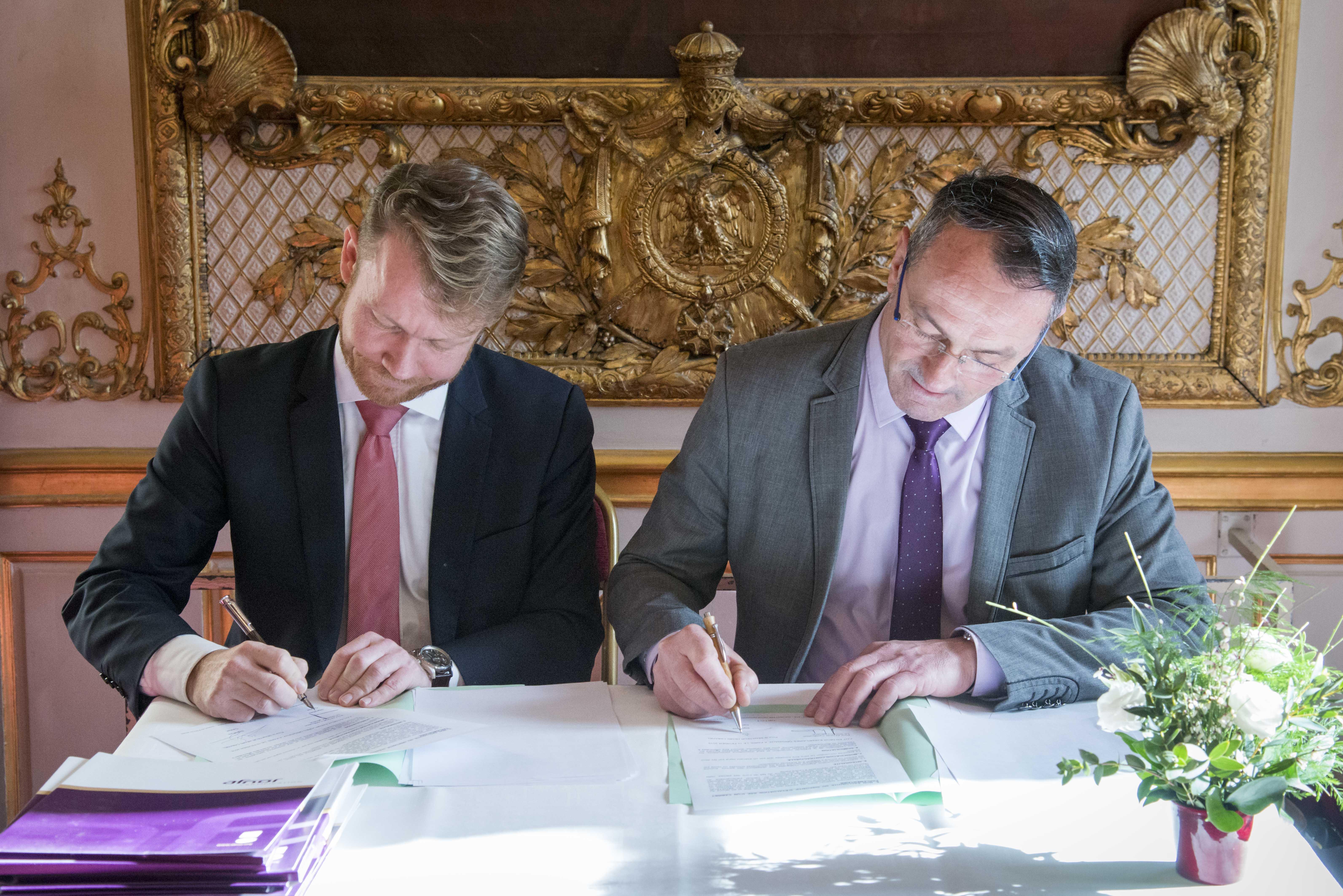 Signature d'une convention pour la mise en état et en oeuvre d'un dispositif d'évaluation tierce-partie des activités d'un cabinet parlementaire au regard des principes de la responsabilité sociétale des organisations, entre le sénateur Henri Cabanel et le groupe AFNOR