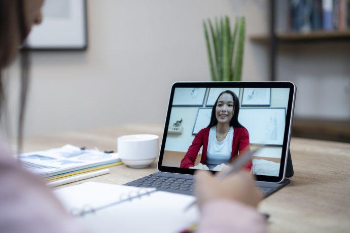 Le confinement imposé en 2020 impose de redéfinir les protocoles d'audit de certification. ISO 9001, ISO 14001… AFNOR Certification peut vous auditer à distance (crédit : Getty Images).